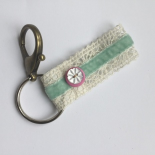 Keyring Pink and white buttons